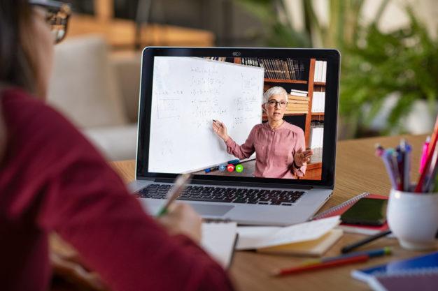 Professor fazendo cursos online